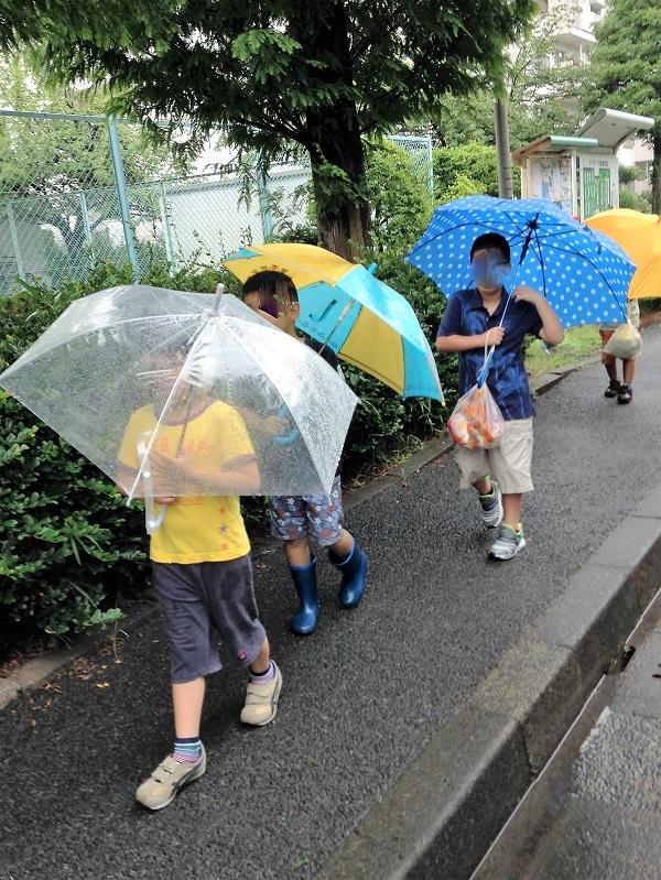 児童デイ 雨の日の歩行
